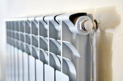 Radiateur de chauffage Radiateur blanc dans un appartement images stock