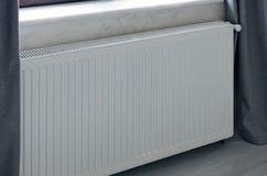 Radiateur de panneau de chauffage dans la couleur blanche installé dans la chambre photographie stock libre de droits