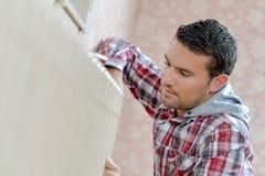 Radiateur masculin de fixation de travailleur photo libre de droits