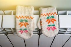 Radiator verwarmend paneel met gebreide babyvuisthandschoenen royalty-vrije stock foto's