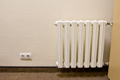 Radiatore bianco sulla parete Fotografia Stock
