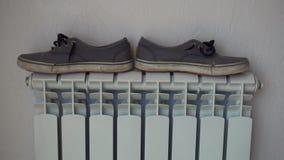 Radiatore del riscaldamento Scarpe, keds, asciugantesi dopo la pioggia video d archivio