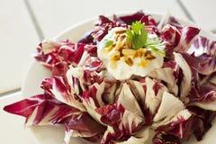 Radicchio med grekisk yoghurt och mandlar Arkivbild
