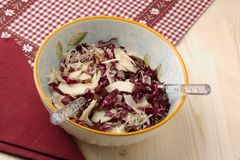 Radicchiosalat, Walnüsse, Birnen und abgeblätterter Parmesankäse Stockfotos