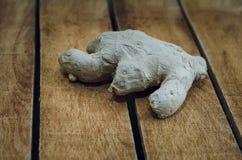 Radice di sedano che si trova su un vecchio tavolo da cucina di legno fotografia stock libera da diritti