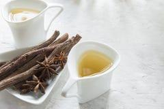 radici del tè e di liquirizia dell'anice sulla tavola fotografia stock