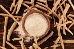 Radici e polvere di Ashwagandha immagine stock