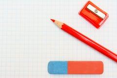 Radiergummi, Bleistift und Bleistiftspitzer. Lizenzfreies Stockfoto