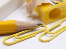 Radiergummi, Bleistift und gelber Bleistiftspitzer des Bleistifts Lizenzfreies Stockbild