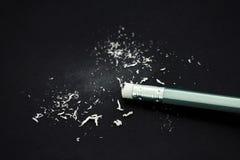 Radiergummi des Endes des silbernen hölzernen Bleistifts mit Radiergummistaub auf Querstation Stockfoto