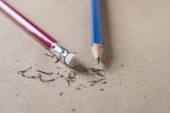 Radiergummi und Fehler mit verschärftem Bleistiftkonzept Stockbild