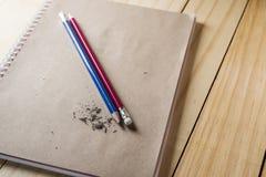 Radiergummi und Fehler mit verschärftem Bleistiftkonzept Stockfoto