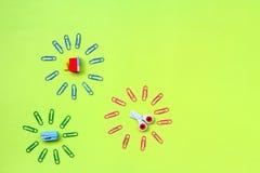 Radiergummis in Form von Schulbedarf: Scheren, Hefter, Bleistiftspitzer mit Griff lizenzfreie stockbilder