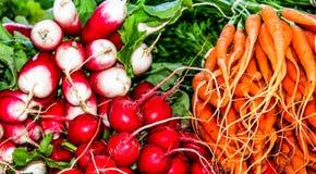 Radijzen en wortelen voor verkoop stock foto's