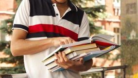 Rading böcker för manstudent lager videofilmer