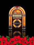 Radio de la máquina tocadiscos con el ornamento rojo de la Navidad de la flor de la poinsetia Imagen de archivo libre de regalías
