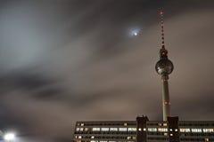 Radio de la torre - televisión en la noche Imagen de archivo libre de regalías
