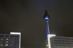 Radio de la torre - televisión en la noche Fotos de archivo libres de regalías