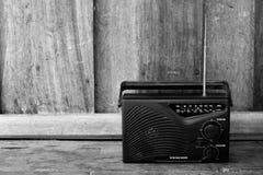 Radio de transistor blanco y negro, vieja Fotos de archivo