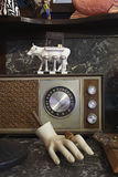 Radio de vintage et main de mannequin dans le magasin d'occasion Photos stock