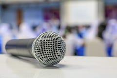 Radio del micrófono en la tabla en seminario de la sala de reunión imagen de archivo libre de regalías