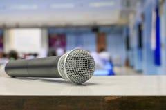 Radio del micrófono en la tabla en seminario de la sala de reunión imagenes de archivo