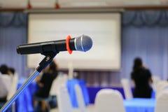Radio del micrófono en un fondo de la conferencia del seminario de la sala de reunión: Seleccione el foco con la profundidad del  fotografía de archivo libre de regalías
