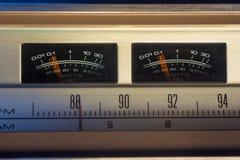 Radio del vintage con los metros del VU fotos de archivo