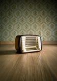 Radio del vintage en el piso fotografía de archivo
