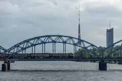 Radio di Riga e torre della TV e un ponte ferroviario Immagini Stock Libere da Diritti