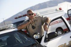 Radio di Using Two Way dell'ufficiale di polizia Immagini Stock