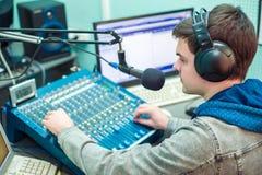 Radio DJ del ritratto dell'uomo Fotografie Stock Libere da Diritti