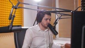 Radio e concetto di radiodiffusione in tensione Giovane con le cuffie che parla sul mic, radio online archivi video