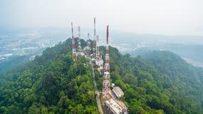 radio e emittente televisiva sulla montagna fotografie stock libere da diritti