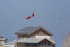 Radio gecontroleerd modelvliegtuig tijdens de vlucht Stock Afbeeldingen