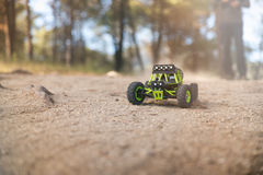 Radio-gecontroleerde auto op het zand Stock Fotografie