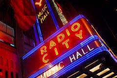 Radio het neonteken van de Zaal van de Muziek van de Stad Royalty-vrije Stock Afbeeldingen
