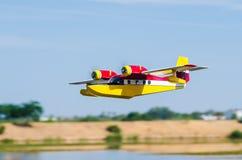 Radio kontrolujący wzorcowy hydroplane latanie Fotografia Stock