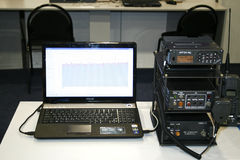 Radio portable, Walkietalkie, navegación, computadora portátil Fotografía de archivo