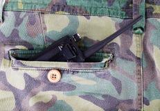 Radio portatile in una tasca dei pantaloni con il modello del cammuffamento Immagine Stock
