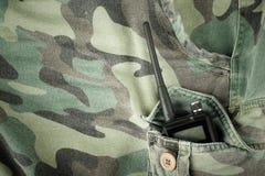 Radio portatile in una tasca dei pantaloni con il modello del cammuffamento tonnellata Immagine Stock Libera da Diritti