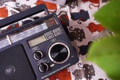 Radio retra del estilo para recepci?n de la radio de FM y de la  Puede tambi?n escuchar los ficheros MP3 Detalles y primer fotografía de archivo libre de regalías