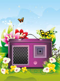 Radio retra rodeada por las flores   Fotos de archivo libres de regalías
