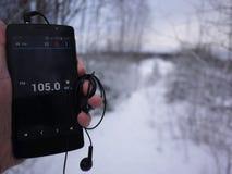 Radio sullo smartphone Funzionamento della stazione radio nel app dello smartphone Potete selezionare FM differente immagini stock libere da diritti
