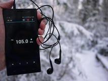 Radio sur le smartphone Station de radio fonctionnant dans l'appli de smartphone Vous pouvez choisir FM différent photos stock