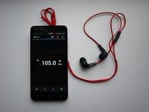 Radio sur le smartphone Station de radio fonctionnant dans l'appli de smartphone Vous pouvez choisir FM différent images stock