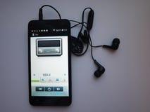 Radio sur le smartphone Station de radio fonctionnant dans l'appli de smartphone Vous pouvez choisir FM différent photo libre de droits