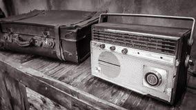 Radio und Koffer stockfoto
