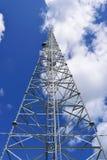 Radio- und zellulärer Turm mit blauer Himmel-Hintergrund Lizenzfreies Stockbild