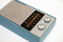 Radio vieja aislada en el fondo blanco fotos de archivo